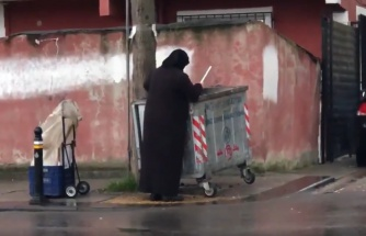 Bir Süpermarketin Çöpüne Atılanları Toplayan Kadınların İzlerken Yüreğinizi Burkacak Görüntüleri!
