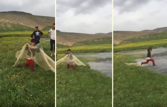 Bu İşte Bir Aksaklık Var: Abileriyle Balık Avına Çıkan Ufaklık Ağ Atmak İsterken Kendini Suyun İçinde Buldu