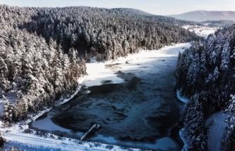 Buz tutan Bozcaarmut Göleti havadan görüntülendi