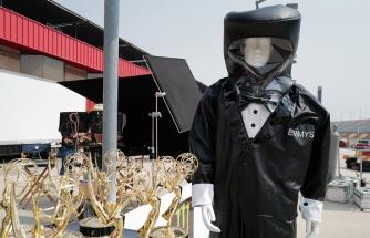 Emmy Ödülleri törenindeki sunucular, smokin tasarımlı koruyucu kıyafet giyecek