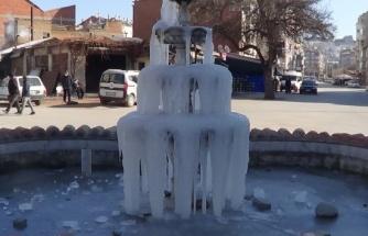 Hava sıcaklığı eksi 12'ye düştü, yapay sıcak su şelalesi dondu