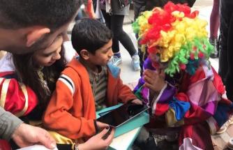 Hayalindeki Tableti Alabilmek İçin Sokakta Melodika Çalan Çocuğa Muhteşem Bir Sürpriz Yapan Güzel İnsanlar!