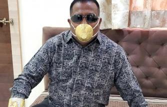 Hindistanlı iş adamı koronavirüse karşı altın maske takıyor