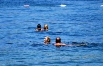 İrem Derici, denizin tadını çıkardı