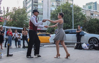 'İris' Yaşasın Diye: Böbrek Hastası Kediyi Tedavi Ettirmek İçin Sokakta Dans Ediyorlar