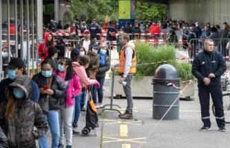 İsviçre'de koronavirüsten etkilenenlere verilecek destek paketleri için metrelerce kuyruk oluştu