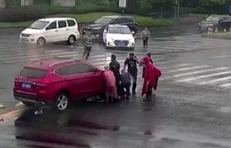 Kaza yapan yaşlı adamın imdadına çevredekiler koştu! Aracı kaldırarak kurtardılar