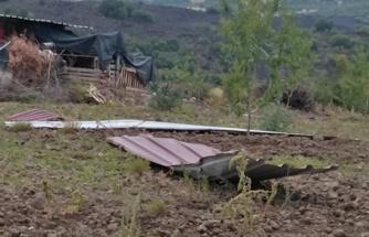 Kuvvetli rüzgar ve sağanak bir evin çatısını uçurdu, su baskınına neden oldu