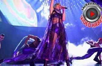 Lady Gaga hayranıyla birlikte sahneden düştü