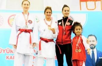 Milli Karate Antrenörü Arzu Koç karate şampiyonasını birincilikle bitirdi