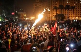 Mısır'da yüz binler sokağa indi