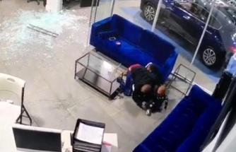 Oto galeride silahlı saldırıya uğrayan baba çocuklarını ölmekten kurtardı
