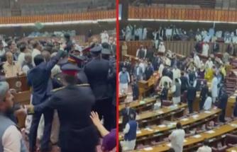 Pakistan Meclisi'nde gerginlik! Taraflar birbirine girdi, bütçe defterleri havada uçuştu