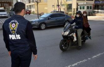 Polis, Motosiklete Binen Karı-Kocaya 'Sosyal Mesafe Nerede?' Diyerek Müdahale Edip, 2. Kişiyi İndirdi