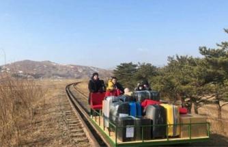 Rus diplomatların Kuzey Kore'den elle itilen motorsuz araçla dönüş anları gündem oldu