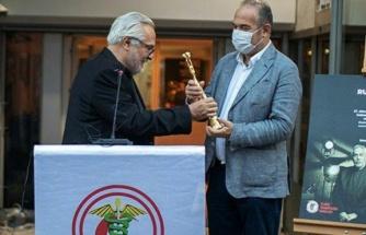 Rutkay Aziz ödülünü TTB'ye teslim etti