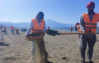 Samandağ sahilindeki atık petrol temizliği çalışmaları 17 gündür sürüyor