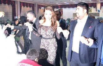 Sanatçı Ebru Yaşar kayınbiraderinin düğününde halay çekti