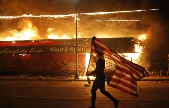 Silahsız Bir Siyahın, George Floyd'ın Polis Tarafından Öldürülmesinin Ardındaki ABD'de Başlayan Irkçılık Protestolarından Çarpıcı Görüntüler
