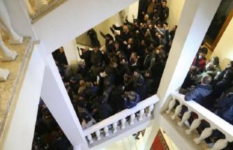 Son Dakika: Ermenistan yangın yeri! Muhalif göstericiler hükümet binasını bastı