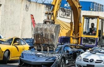 Ülkeye kaçak yollarla sokulan lüks araçlar kameralar önünde parçalandı