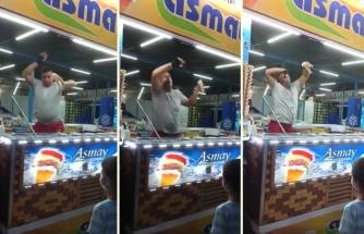 Yaptığı İşi Aşırı Severek Yapan Dondurmacı Abinin Kendini Müziğin Ritmine Kaptırarak Dans Ettiği Müthiş Anlar