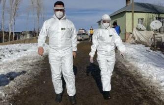 Yüksekova'da, sağlık ekipleri kar ve soğuk dinlemeden aşı yapıyor