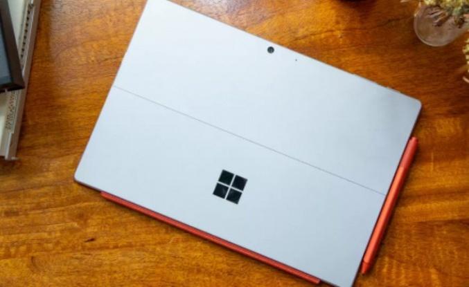 Surface Pro 8 ve Surface 4 göründü